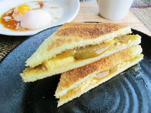 Bánh toast Singapore không cầu kì như bánh toast Nhật hay Pháp. Chỉ là hai miếng bánh mì sandwich kẹp với nhau, được phết bơ lạt ở giữa, ăn kèm với trứng ốp lết, nhấm nháp chút trà sữa hay cà phê nóng thì càng ngon.(Ảnh: Internet)