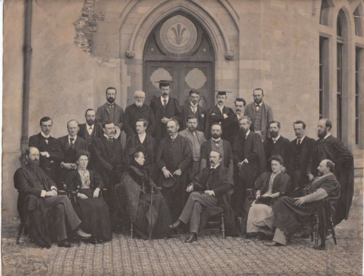 Vào năm 1888, có một vị giáo sư được bổ nhiệm chức Trưởng bộ môn Hóa học tại trườngĐại học Aberystwyth ở xứ Wales. (Ảnh: buzzfeed)