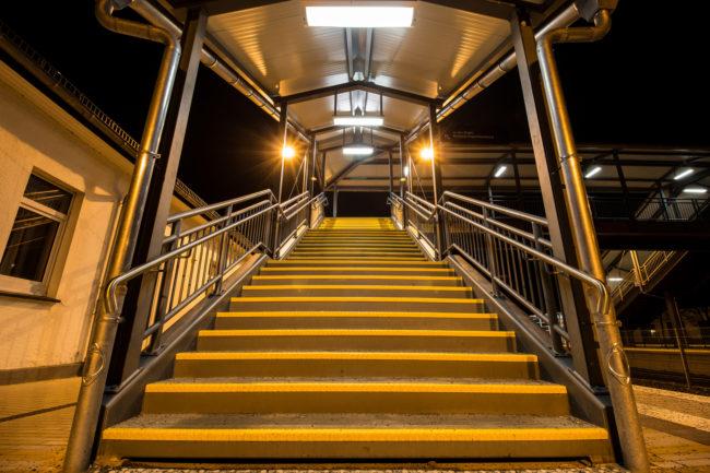 Con người đang sử dụng thang máy ở các nhà cao tầng nhiều hơn. Nhưng nếu có thể, hãy chịu khó đithang bộ. (Ảnh: Viralnova)
