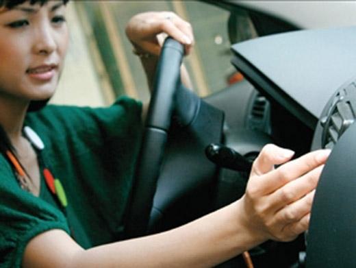 Nên mở cửa xe cho thoát khí độc trước khi bật điều hòa