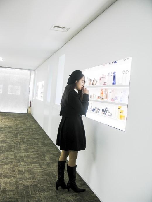 Nhã Phương say mê khám phá bảo tàng trưng bày sản phẩm của tập đoàn KAO.