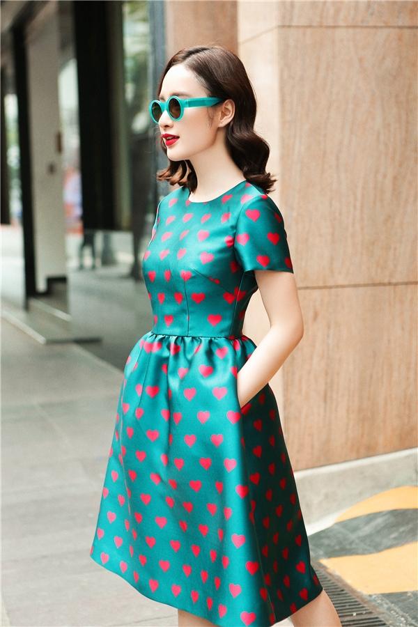 Sắc xanh cổ vịt mang đến vẻ ngoài vừa trẻ trung vừa lạ mắt cho Angela Phương Trinh. Mặc dù sử dụng phom dáng cổ điển nhưng thiết kế vẫn nổi bật và thu hút nhờ những họa tiết trái tim màu đỏ hồng ngọt ngào, lãng mạn.