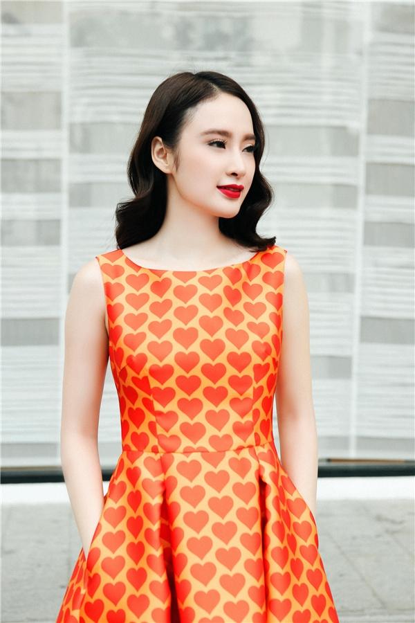 Thiết kế váy xòe với phom cổ điển kín cổng cao tường vẫn giúp Angela Phương Trinh nổi bật trên phố đông người nhờ sắc cam ấn tượng. Trong các thiết kế, đường cắt may và cách dựng phom luôn được Đỗ Mạnh Cường đề cao vì đây gần như là những yếu tố quyết định đẳng cấp của một thiết kế hoàn chỉnh.