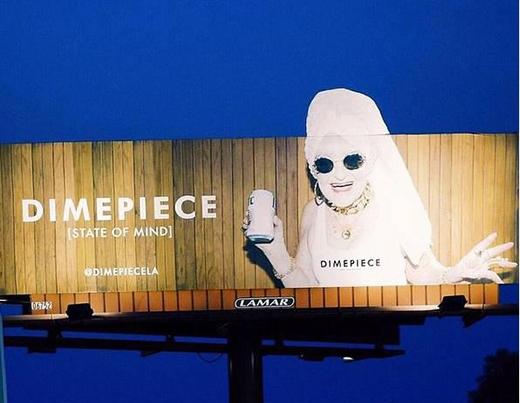 Các biển quảng cáo của thương hiệu thời trang do bà đại diện xuất hiệnkhắp các phố.(Ảnh: Internet)