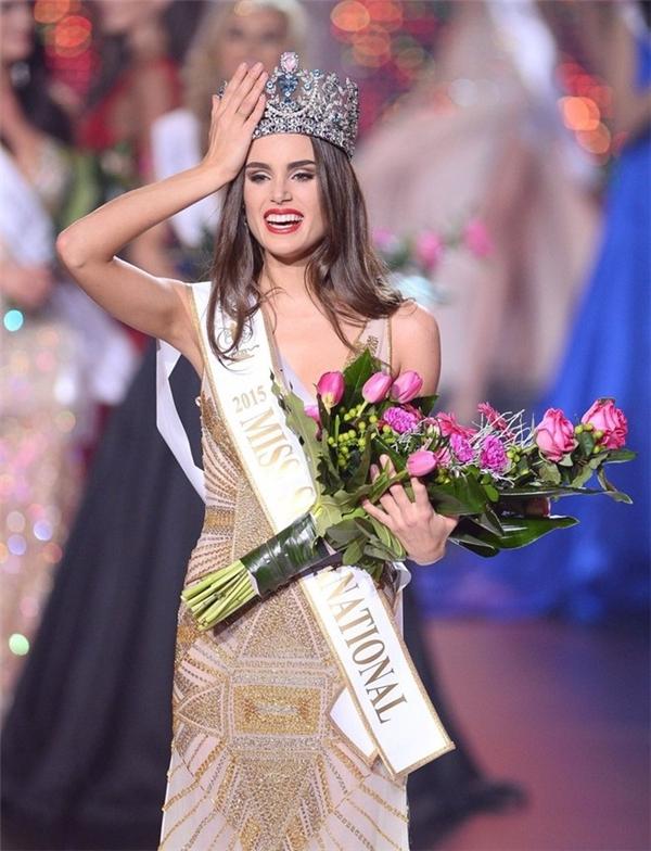 Giành ngôi Miss Supranational (Hoa hậu Siêu quốc gia) lần thứ 7 làcô gái đến từ châu Mỹ -Stephania Vasquez Stegman. Tân hoa hậusở hữu chiều cao 1,77 m, từng là người mẫu chuyên nghiệp và làm việc tại Paris. Hiện, Stephania sống và học tập tại Buenos Aires (Argentina).