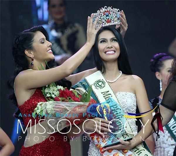 Angelia Ong(sinh năm 1990) đăng quang cuộc thi Hoa hậu Trái đất, được tổ chức tại Áo hồi đầu tháng 12. Đây cũng là năm thứ hai liên tiếp đại diện Philippines mang vinh quang về cho đất nước.