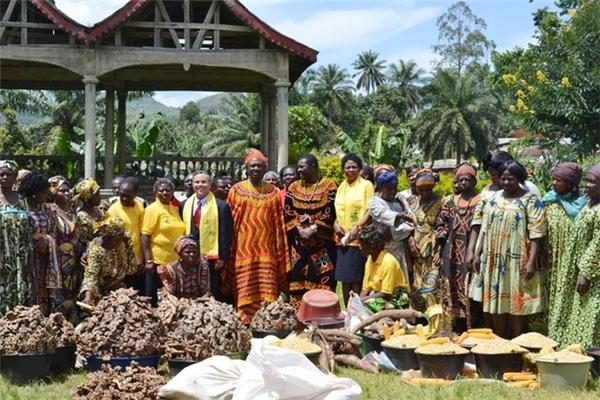 Abumbi II và những người vợ của mình. Abumubi và các vị vua trước đó sống trong cung điện gọi là Fon của Bafut. Hiện đang là điểm thu hút khách du lịch đến từ khắp nơi trên thế giới.