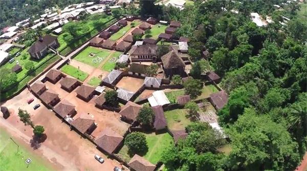 Cung điện nằm giữa trung tâm thị trấn, cung điện Bafut gồm 50 ngôi nhà quần tụ quanh ngôi đền Achum.
