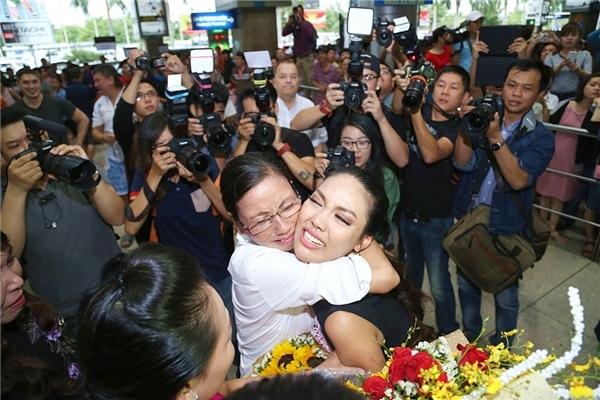 Lan Khuê hạnh phúc ôm lấy mẹ sau bao tháng ngày tủi cực tham gia Hoa hậu Thế giới. - Tin sao Viet - Tin tuc sao Viet - Scandal sao Viet - Tin tuc cua Sao - Tin cua Sao