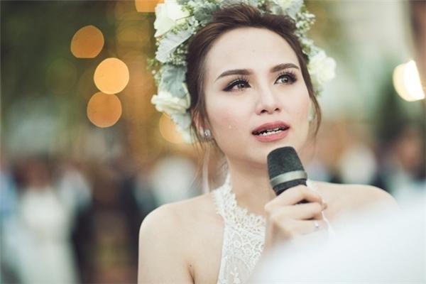 Diễm Hương rơi nước mắt vì hạnh phúc trong đám cưới ngôn tình của mình và ông xã Quang Huy. - Tin sao Viet - Tin tuc sao Viet - Scandal sao Viet - Tin tuc cua Sao - Tin cua Sao