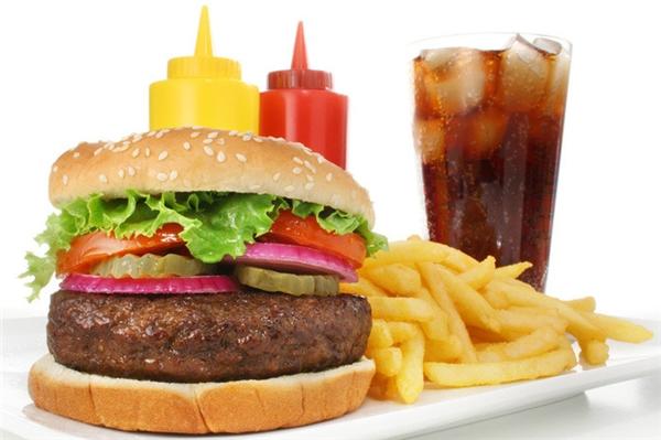 Hàm lượng dầu mỡ trong đồ ăn nhanh cực cao sẽlàm hại tới vòng một của bạn. (Ảnh Internet)