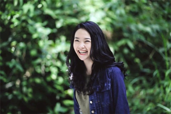 Kiểu tóc gần đây nhất của Minh Hằng trong phim mới là uốn lọn nhuộm đen nền nã.