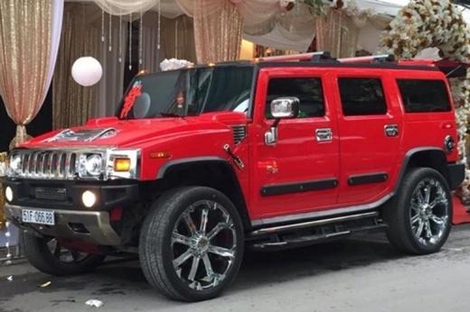 Tiếp theo là chiếc xe Hummer H2 đỏ rực với bộ vành khủng khó lòng lẫn được trong đám đông.