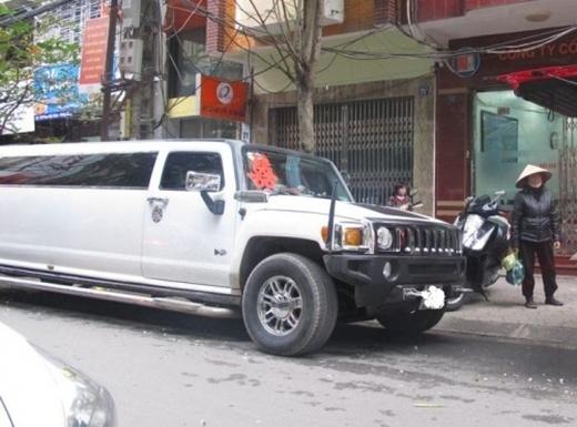 """Chiếc Hummer Limosine """"dài ngoằng"""" khi lưu thông trên phố khiến cho ai cũng phải ngoái nhìn."""