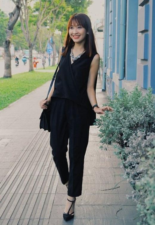 Thời trang dạo phố của cô nàng cũng đậm nét nữ tính và ấn tượng với áo và quần cách điệu ton-sur-ton đen với đôi giày cao gót và túi xách hàng hiệu.