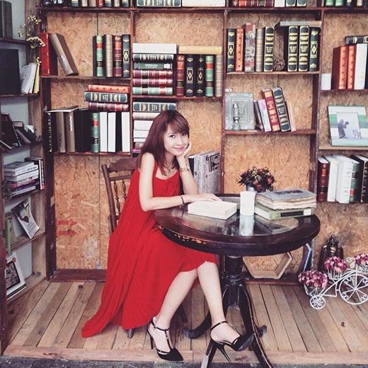 Cô nàng tạo dáng nữ tính trong bộ váy xòe màu đỏ tươi quyến rũ.