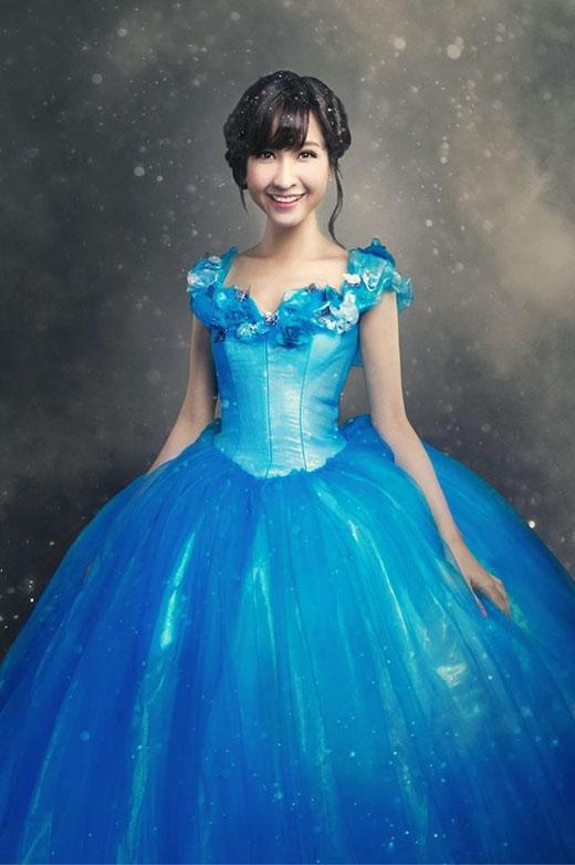 Cô nàng xinh đẹp và sang trọng như một nàng công chúa với mái tóc búi cao.