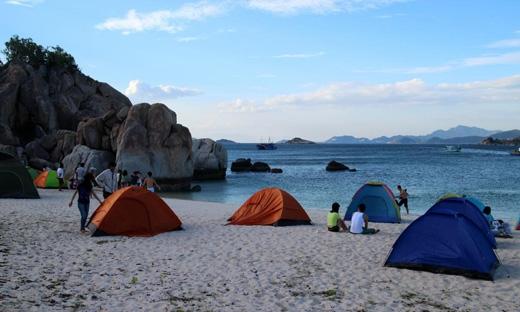 Cắm trại trên đảo là một hoạt động được rất nhiều bạn trẻ yêu thích, giúp bạn có được những trải nghiệm thú vị nơi đây.(Ảnh: Internet)