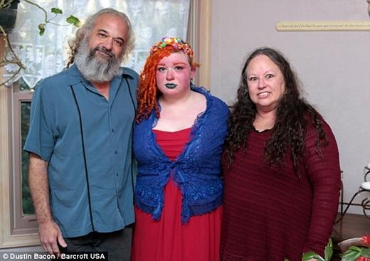 Vì cả Samara và ông Brian đều mắc hội chứng này nên bà Ingraffia, mẹ của Samara phải thường xuyên túc trực ở nhà để chăm sóc cho 2 bố con cô. (Ảnh: Internet)
