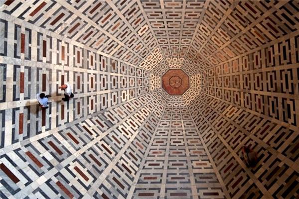 Ảo ảnh quang học này chính là sàn nhà thờ Santa Maria del Fiore ở Florence, Italy.