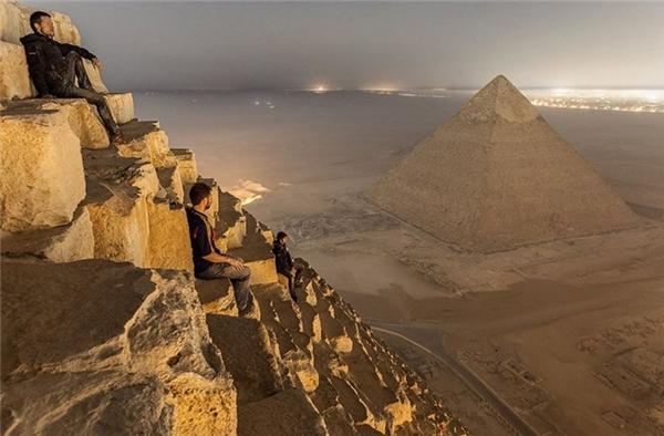 Toàn cảnh thành phố Giza nhìn từ đỉnh kim tự tháp Cheops ở Ai Cập. Không ai biết những chàng trai này có bị các pharaoh trừng phạt hay không nhưng họ thì đã được thỏa mãn tầm mắt của mình.