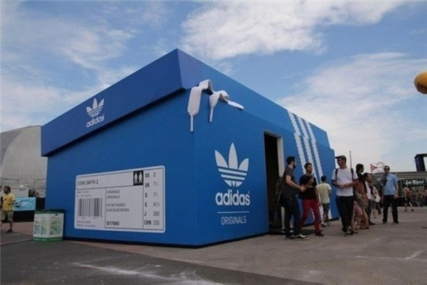 Cửa hàng Adidas được thiết kế hình chiếc hộp giày đầy ấn tượng.