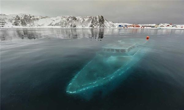 Một chiếc tàu nằm dưới làn nước buốt lạnh ở Nam cực đầy ám ảnh.