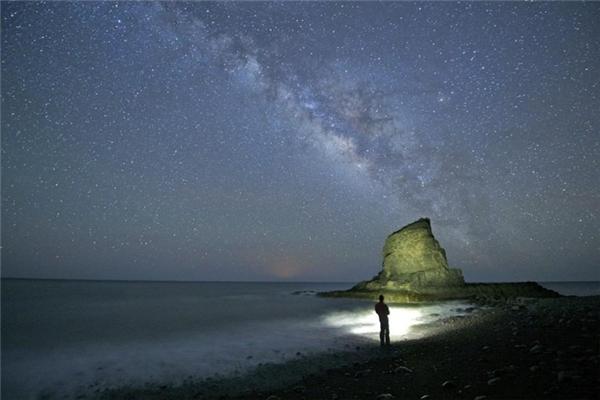 Dải ngân hà khoe vẻ đẹp tuyệt mỹ của mình trên bầu trời đêm ở El Roque, Fuerteventura, Canary Islands, Tây Ban Nha.