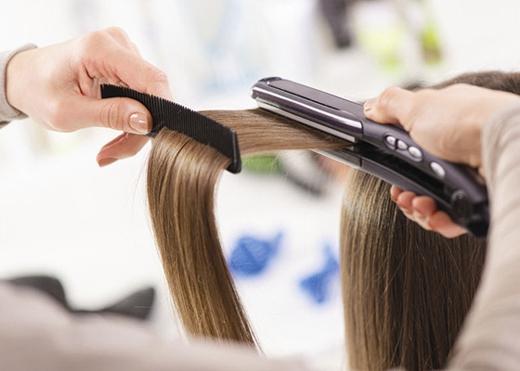 Bao giờ cũng phải dùng lược dẫn đường cho máy duỗivì nó giúp tóc nằm trên một mặt phẳng. Sau khi kẹpxong dải tóc nào, hong nó lên trên lược trong khoảng 10 giây để tóc nguội và hơi congrồi mới thả xuống.(Ảnh: buzzfeed)