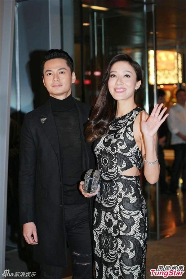 Theo Sina, Dương Di và La Trọng Khiêm tươi tắn khi dự tiệc cưới của Hồ Hạnh Nhi tại khách sạn Ritz Carlton (Hong Kong) vào tối 28/12. Trước thông tin tổ chức hôn lễ vào tháng 3/2016, đôi tình nhân lên tiếng phủ nhận.