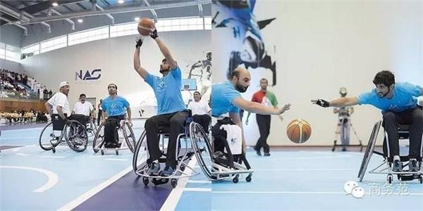Là một người đầy đủ chân tay nhưng nhiều lúc, Hamdan bin Mohammed bin Rashid al Maktoum lại ngồi xe lăn để tham gia bộ môn bóng rổ với những người khuyết tật.
