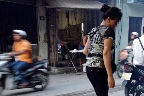 Cả nhà chị Sang trông chờ vào cửa hàng hoa quả đang mượn của người quen để mưu sinh. Ảnh: P.B