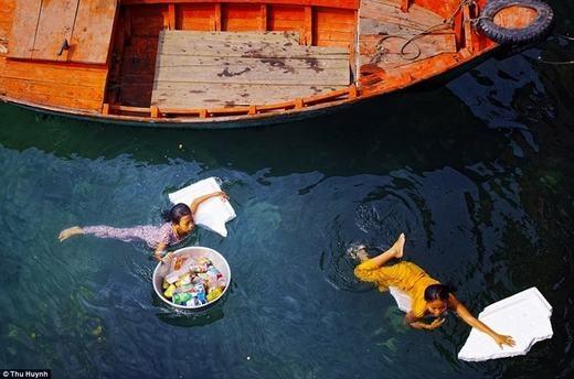 Bên cạnh tác phẩm của tác giả Lý Hoàng Long, tác giả Thu Huynh với bức ảnh hai bé gái thu nhặt chai nhựa trên một con sông cũng được trưng bày tại triển lãm nhiếp ảnh về môi trường Atkins CIWEM 2015.