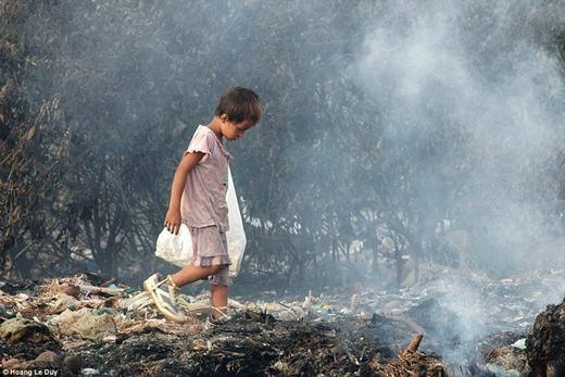 """Tác giả Hoang Le Duy cũng được ban giám khảo cuộc thi ảnh """"Your Shot"""" đánh giá cao bức ảnh chụp một bé trai đi qua khu vực đốt rác và kiếm tìm những thứ có thể đem bán hay tái sử dụng."""