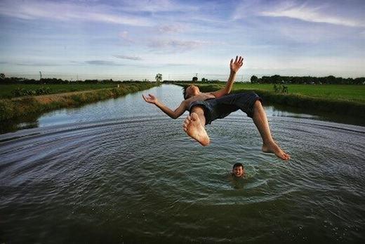 Tác phẩm thứ hai lọt vào vòng chung kết của giải ảnh Smithsonian Annual Photo Contest trên là của tác giả Viet Phuong Tran. Nhiếp ảnh gia này gây ấn tượng với tác phẩm chụp hai cậu bé nhảy xuống sông tắm lúc xế chiều ở xã Nghiêm Xuyên, Thường Tín, Hà Nội.