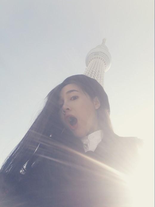 Nhã Phương thích thú tạo dáng tại ngọn tháp truyền hình Tokyo Sky Tree.