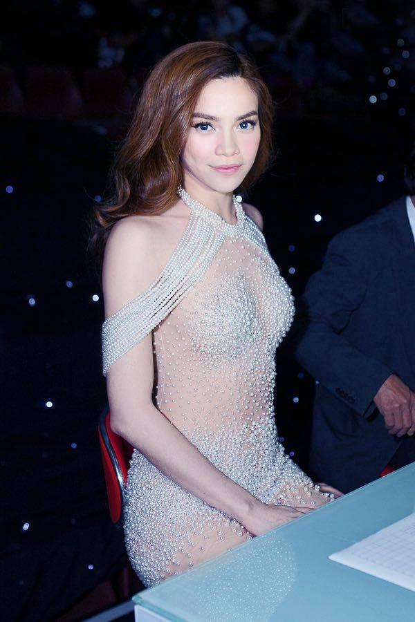 Trên thảm đỏ và ghế nóng, Hồ Ngọc Hà chọn diện bộ váy xuyên thấu khá táo bạo kết hợp chi tiết đính kết kì công của nhà thiết kế Lý Quí Khánh.