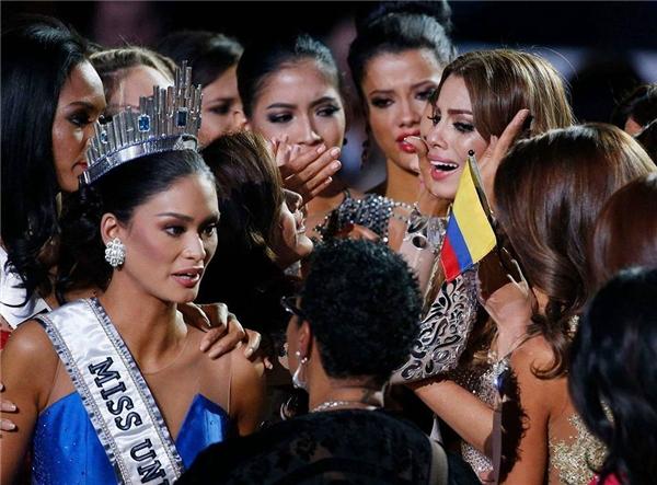 Khảnh khắc trao lầm vương miện tai tiếng trong lịch sử của Hoa hậu Hoàn vũ. - Tin sao Viet - Tin tuc sao Viet - Scandal sao Viet - Tin tuc cua Sao - Tin cua Sao