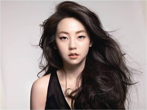 """Tin đồn giữa G-Dragon và thành viên Wonder Girls đã dấy lên từ năm 2007-2009. Sự việc bắt đầu được """"khai quật"""" khi báo chí Trung Quốc phát hiện ra chiếc laptop fan tặng G-Dragon nhưng Sohee lại sử dụng nó."""