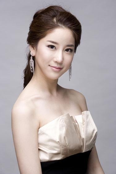 Kim Joo Ri đăng quang ngôi vị Hoa hậu Hàn Quốc năm 2009 và trước đó không lâu, cô đã vướng phải tin đồn tình cảm với G-Dragon.