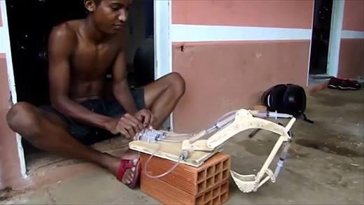 Độc đáo với cậu bé chế tạo xe cần cẩu bằng... ống bơm