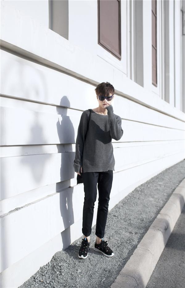Trong tiết trời lạnh cuối mùa, những chiếc áo phông bằng len, dạ sẽ giúp các chàng trai trông thu hút hơn. Bộ trang phục khá đơn giản của Juun Đăng Dũng trở nên bắt mắt hơn nhờ những phụ kiện đi kèm như: giày thể thao, mắt kính, túi xách.