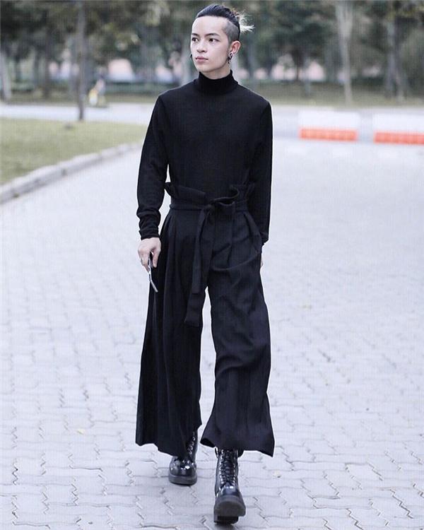 Thông thường, áo phông cổ lọ sẽ được kết hợp với quần jeans baggy cổ điển hoặc skinny. Tuy nhiên, Kelbin Lei lại khéo léo tạo ra sự khác biệt khi phối cùng quần ống rộng mang đậm hơi thở của giới trẻ Nhật Bản. Chỉ một chút thay đổi nhỏ, các chàng trai hoàn toàn có thể mang bộ trang phục này đến tham dự những tiệc tùng cuối năm.
