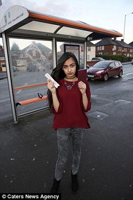 Cô định lên xe buýt để vào trung tâm Birmingham chơi thì bị đuổi xuống (Ảnh: Internet)