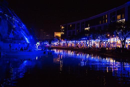 Khu vực bờ hồ bán nguyệt cũng được trang trí hàng ngàn ánh đèn lấp lánh, tạo nênmột khung cảnhlung linh huyền ảo. - Tin sao Viet - Tin tuc sao Viet - Scandal sao Viet - Tin tuc cua Sao - Tin cua Sao