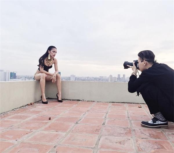 Có thân hình quyến rũ hơn, cô tự tin thực hiện những shot ảnh gợi cảm.