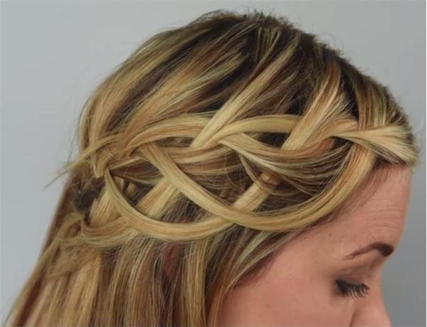 Kiểu tóc thắt bím to bản này được ví von giống như một dòng suối mềm mại đang tuôn chảy. Nên sử dụng kẹp tăm để cố định những thắt nút.