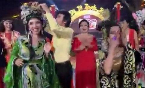 Danh hài Hoài Linh tái hiện giây phút bẽ bàng nhất của Hoa hậu Hoàn vũ 2015. Ảnh cắt từ clip - Tin sao Viet - Tin tuc sao Viet - Scandal sao Viet - Tin tuc cua Sao - Tin cua Sao