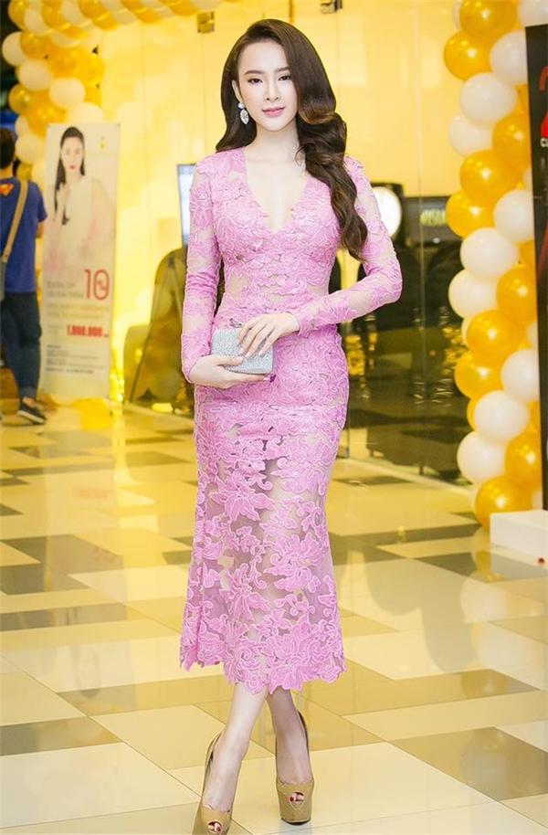 Sắc hồng tím mang lại vẻ ngoài ngọt ngào, điệu đà cho Angela Phương Trinh. Thiết kế thực hiện trên nền vải lưới mỏng tang được phủ kín bằng chi tiết ren to bản.