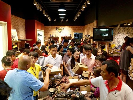 Hòa cùng niềm vui mua sắm trong sự náo nhiệt tại các cửa hiệu Hoang Phuc International.
